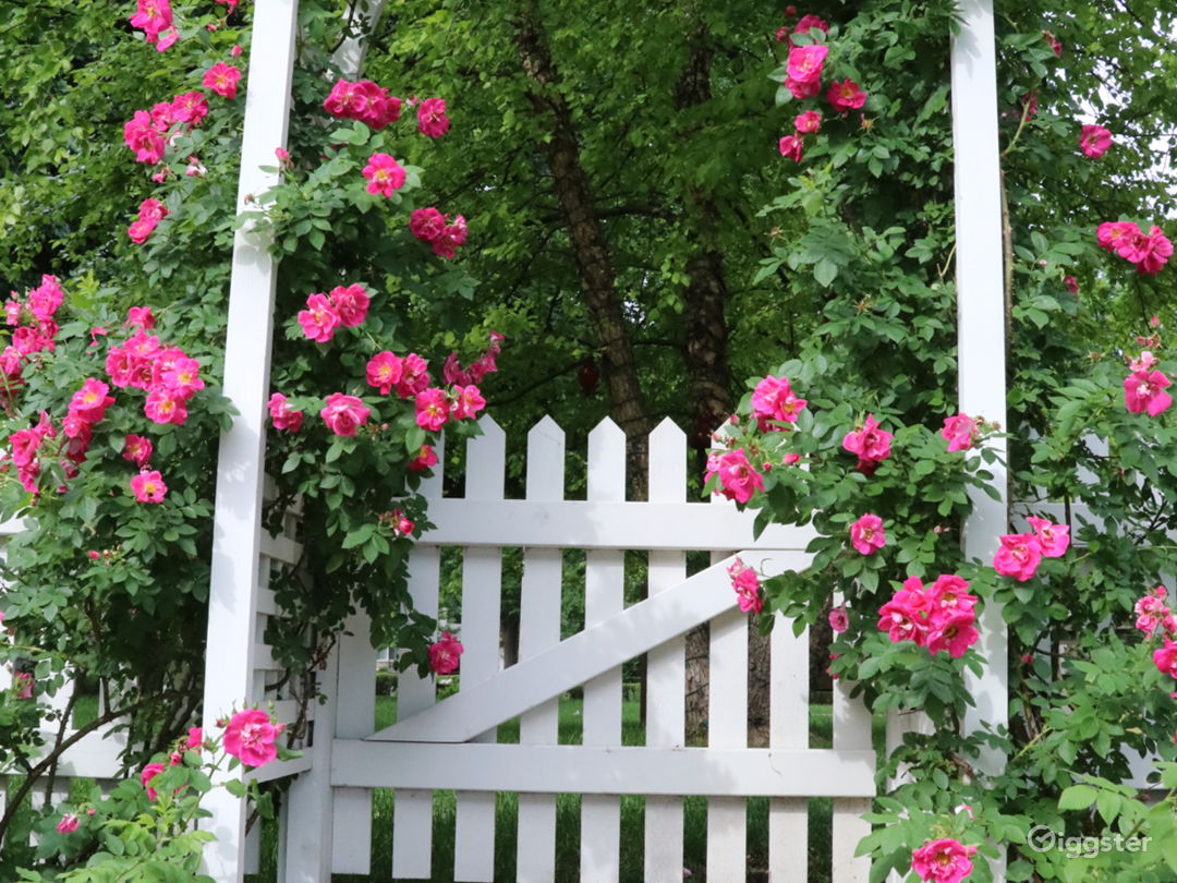 Stunning English garden/rose arbor/pergola on lake Photo 2