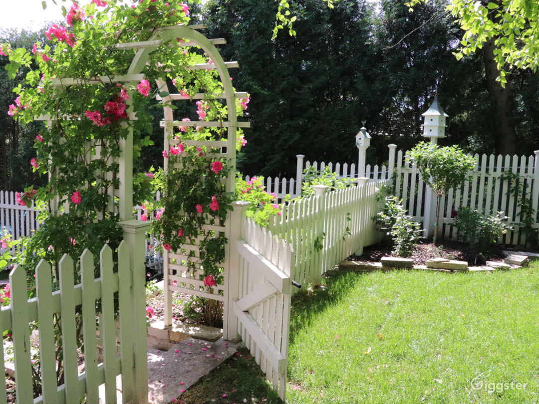 Stunning English garden/rose arbor/pergola on lake Photo 1