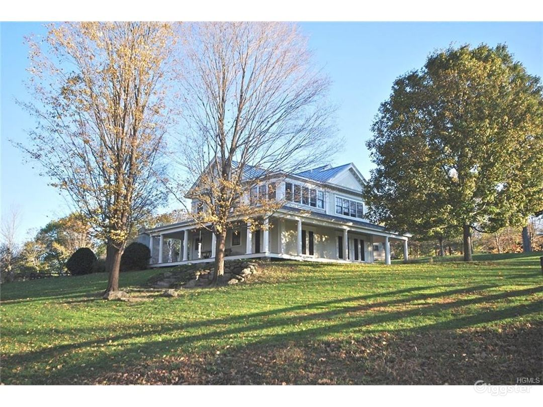 1840's home w/ River on Billionaire's Dirt Road Photo 2