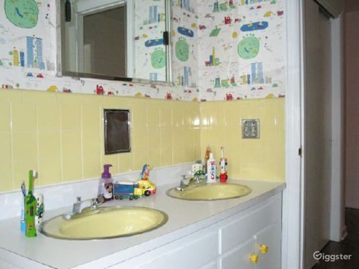 Nondescript suburban home: Location 3318 Photo 3