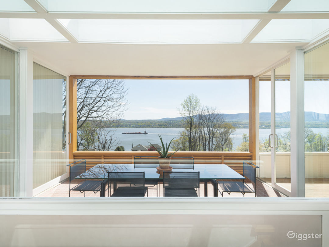 Expansive Modern Architecture with Panoramic Views Photo 1