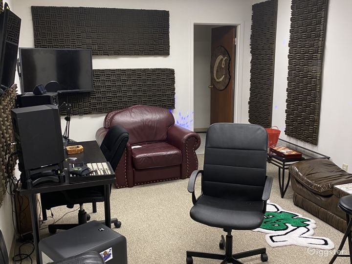Studio room or use for changing area. Bathroom also in this room.