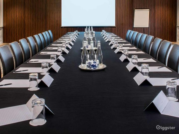 Medium-sized Meeting Room in Oxford Photo 3