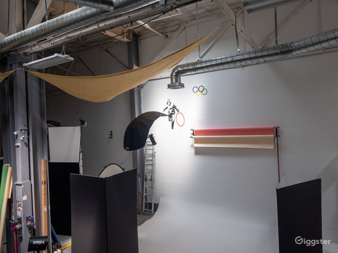 High ceiling Filming pavilion with car entry Photo 4