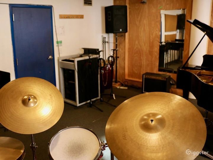 Cozy with Natural Light Music Studio in NY Photo 3
