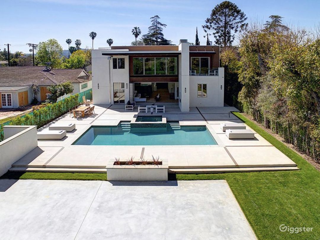 Modern Bright Home Photo 1