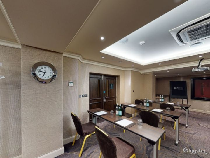 Well-Lighted Cromwell Room in Cromwell Road, London Photo 5